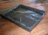 Caixa revestida com plástico preto